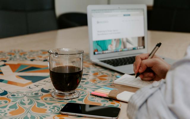 blogger negotiating a partnership